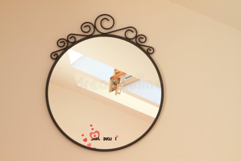 Dakvenster in spiegel stock afbeelding