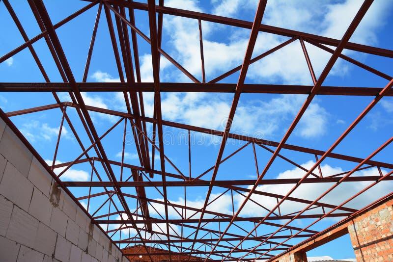 Dakwerkbouw De bundelsdetails van het staaldak met de achtergrond van de wolkenhemel stock foto