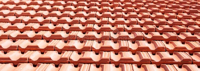 Dakwerkbouw De textuurachtergrond van dakkeramische tegels royalty-vrije stock afbeelding