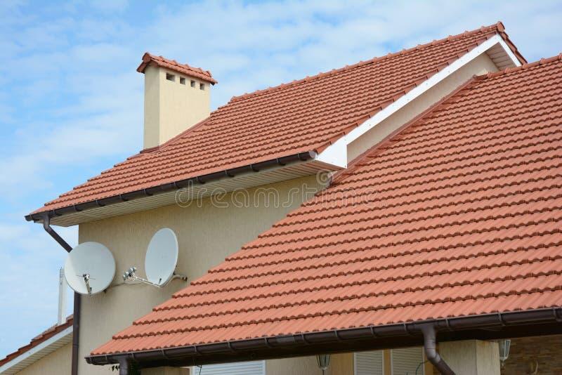 Dakwerkbouw Het huis met rode klei betegelde dak en geveltop en valleitype van dakbouw stock afbeelding