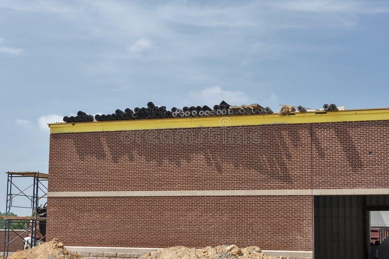 Dakwerkmaterialen op dak van in aanbouw de bouw stock fotografie