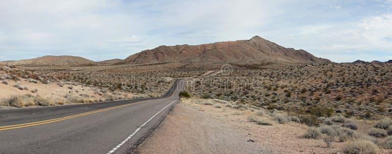 Dal av brandhuvudvägen in i det avlägsna berget royaltyfri bild