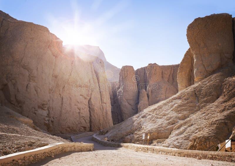 Dal av konungarna på soluppgång, jordfästningstället i Luxor, Egypten, av forntida pharoahs inklusive Tutankamun royaltyfria bilder