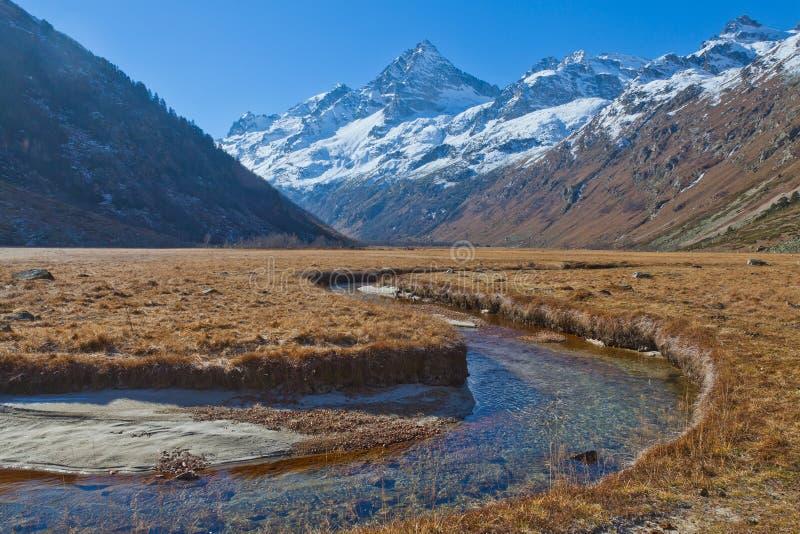 Dal för Kaukasus berg av en bergflod arkivbilder