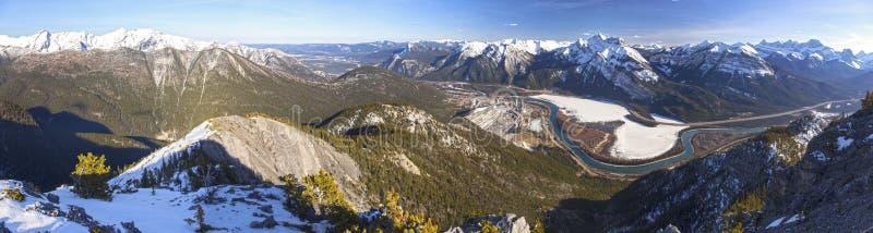 Dal för pilbåge för landskap för Alberta Foothills Canadian Rocky Mountains vår panorama- royaltyfri foto