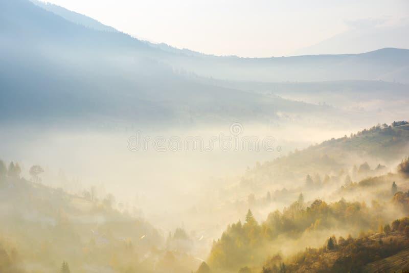 Dal i dimma på soluppgång royaltyfria foton