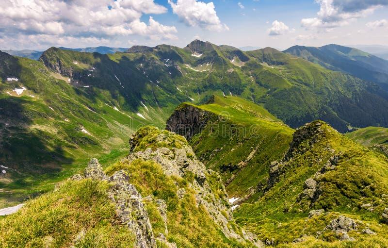 Dal i romanian bergsikt från kanten över arkivfoton
