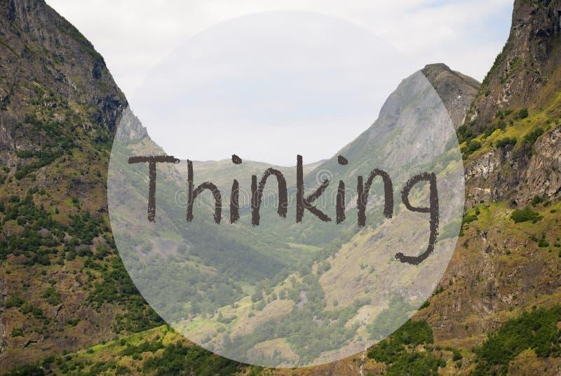 Dal och berg, Norge, engelskt tänka för text royaltyfria foton