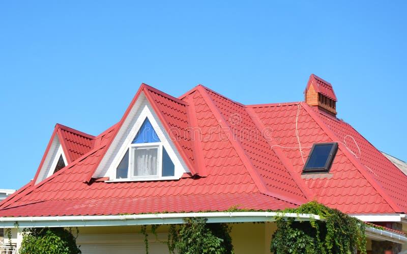 Dal och gavel som taklägger konstruktion med loftfönster, stupränna som waterproofing Takavloppsrännasystem, takfönsterfönster på arkivbilder