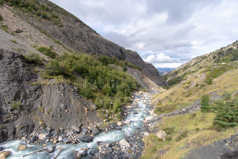 Dal och ström i Patagonia royaltyfri fotografi
