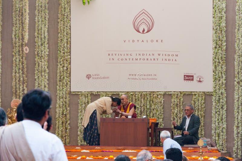 Dalai Lama abençoa uma mulher em uma leitura imagens de stock