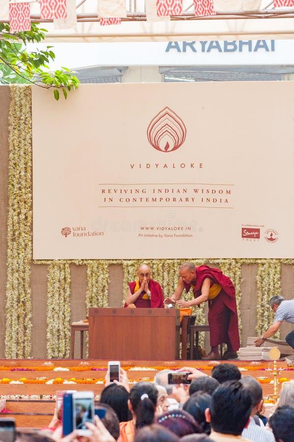 Dalai Lama cumprimenta povos em um evento imagem de stock royalty free
