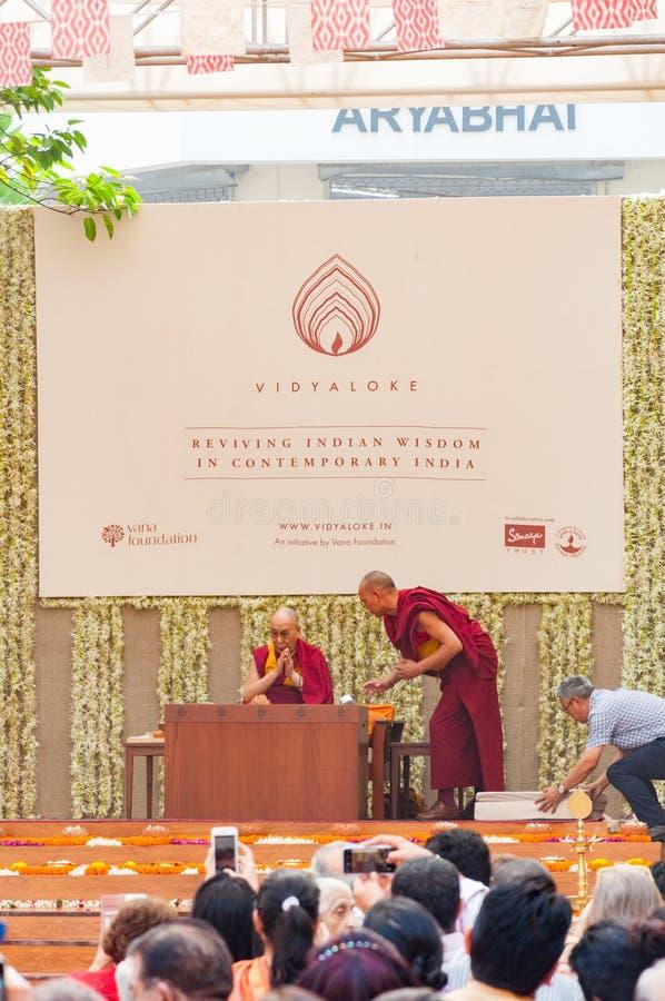 Dalai Lama, líder espiritual dos budistas na fase em um evento foto de stock