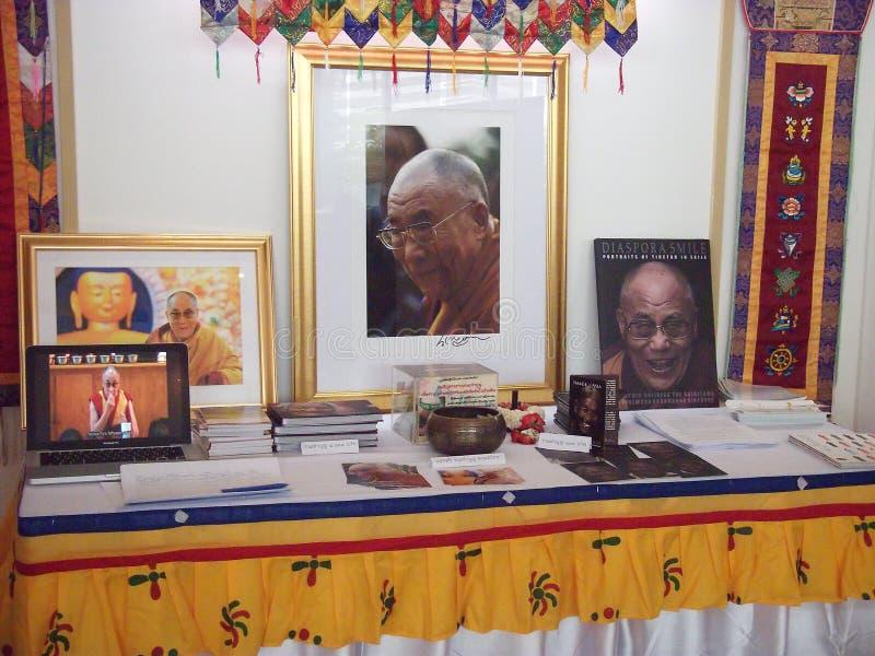 Dalai Rama historia och biologi i den buddistiska utställningen 2012 royaltyfri fotografi