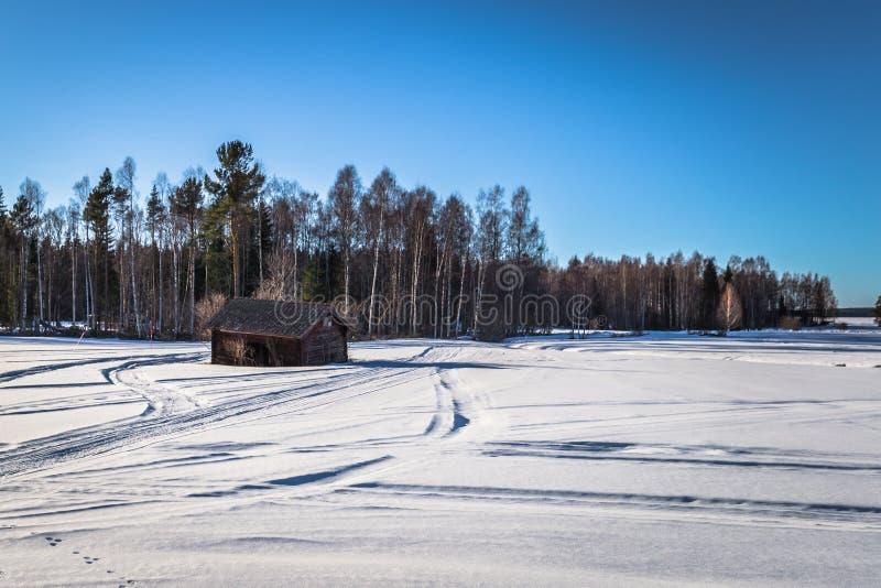 Dalarna - 30 Μαρτίου 2018: Απομονωμένο ξύλινο σπίτι στην κρύα αγριότητα Dalarna, Σουηδία στοκ εικόνα