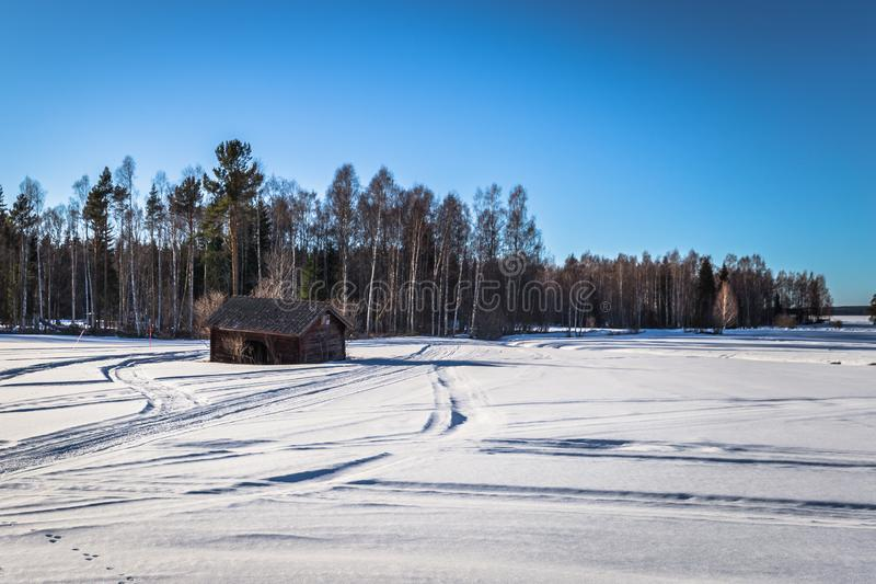 Dalarna - 30. März 2018: Einziges Holzhaus in der kalten Wildnis von Dalarna, Schweden stockbild