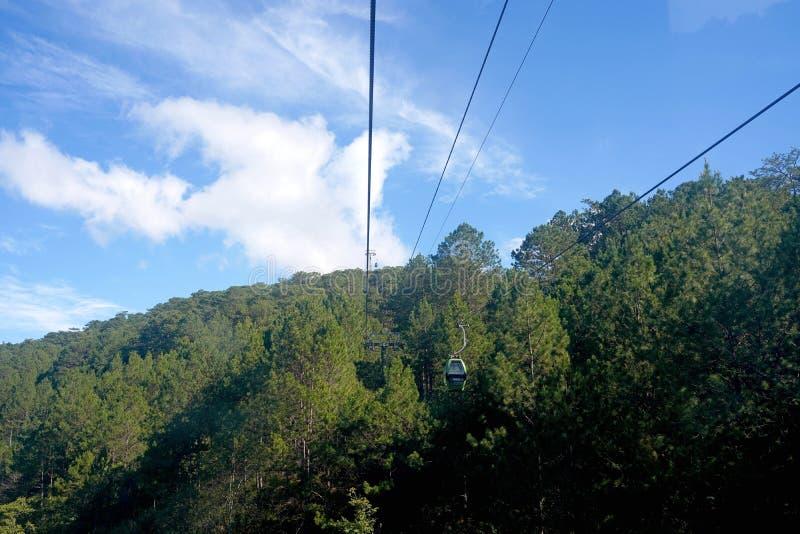 Dalat kabelbil, rutt från Robin Hill till Truc Lam Monastery Chua Truc Lam, på Robin Hill, Dalat, Vietnam Pinjeskog arkivbild