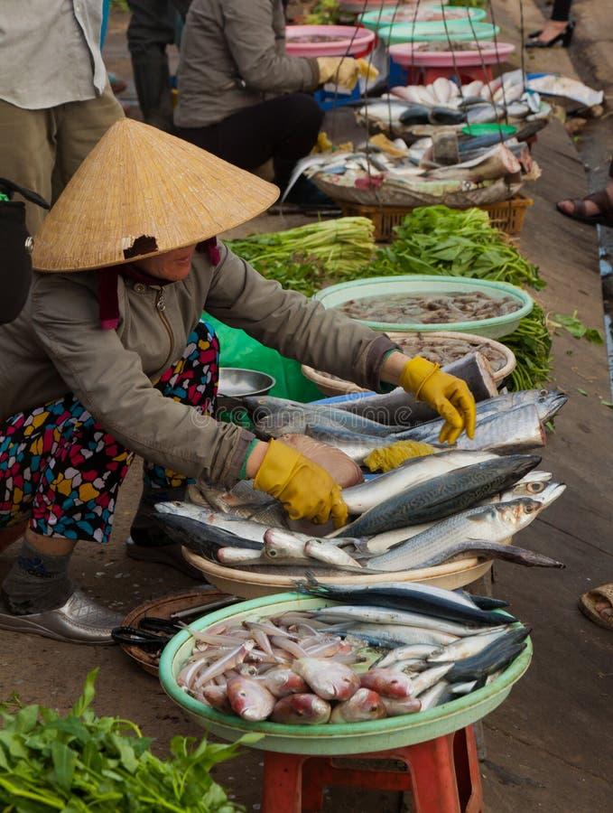 Dalat, straatvoet, lokale vissen andvegetable markt in Vietnam stock fotografie