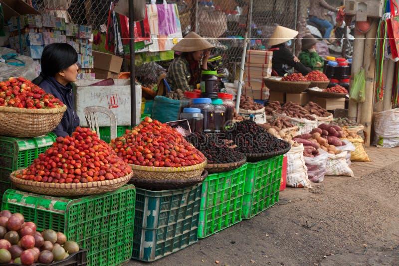 Dalat, straatvoet, lokale vruchten en plantaardige markt in Vietnam royalty-vrije stock foto