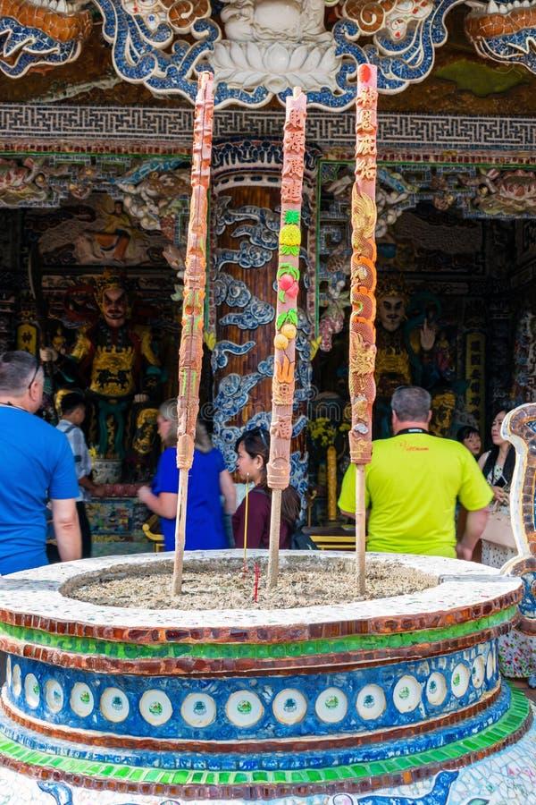 DALAT VIETNAM - APRIL 15, 2019: Asiatiskt altare med stearinljuset i gammal pagod i Dalat Vietnam royaltyfria foton