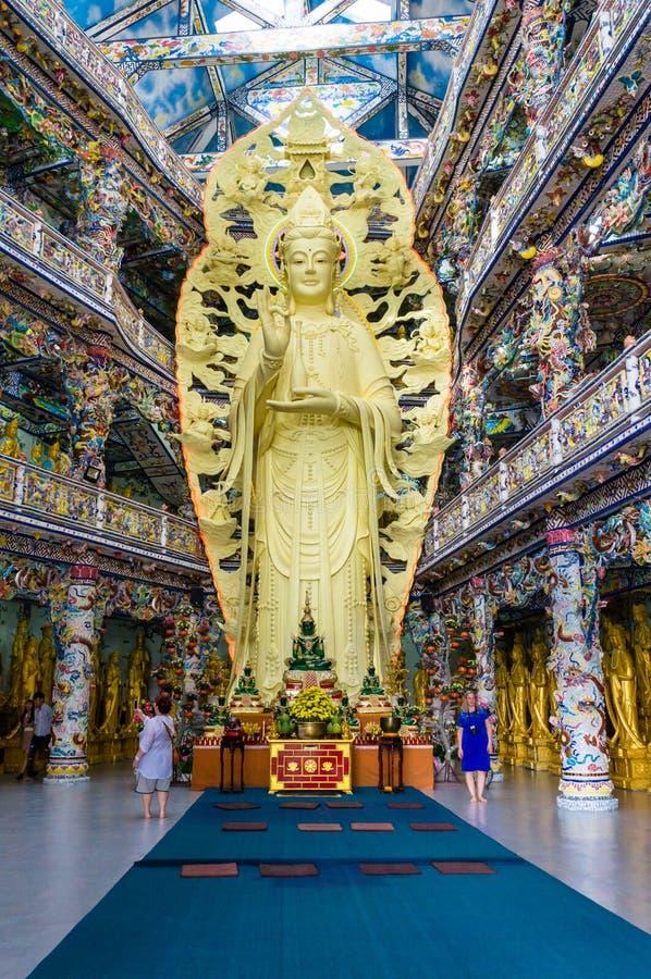 DALAT VIETNAM - APRIL 15, 2019: staty av den buddistiska gudinnan i forntida pagod med färgrik garnering i Dalat Vietnam royaltyfria foton