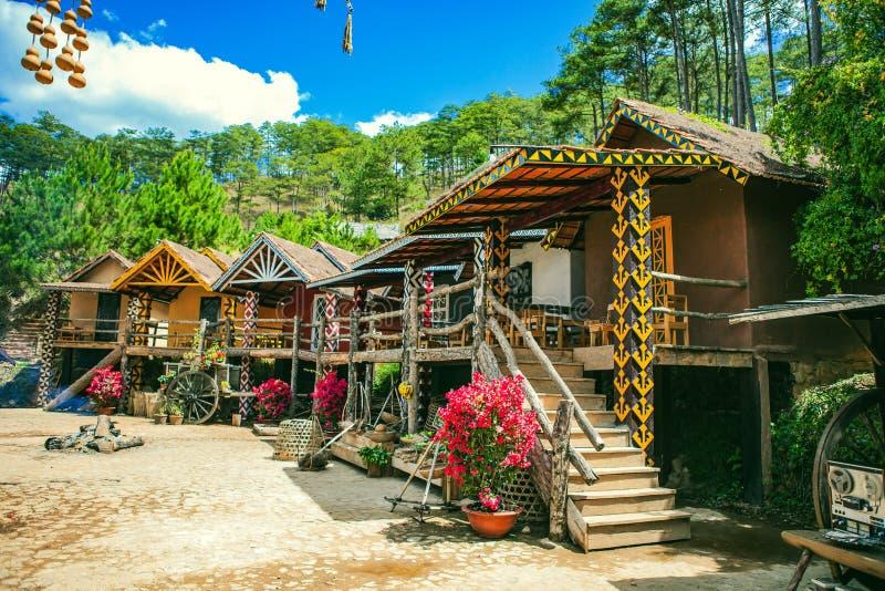 DALAT VIETNAM - Februari 17, 2017: CuLAN-byn på Dalat bygd, hotellet och feriesemesterorten bland sörjer djungeln, läger på gräs arkivfoto