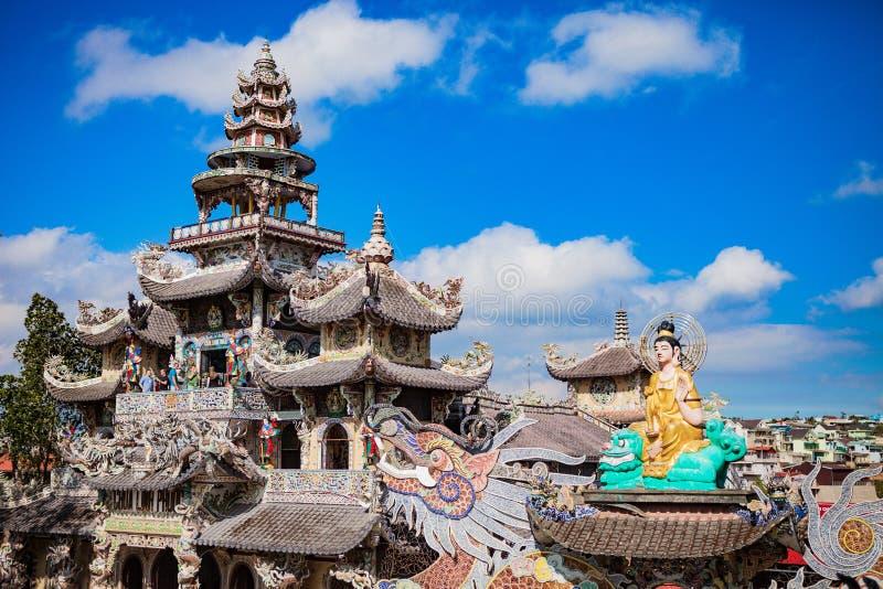 DALAT VIETNAM - Februari 17, 2017 Den Linh Phuoc Buddhist pagoden är välkänd för dess stora stående guld- buddha arkivbild