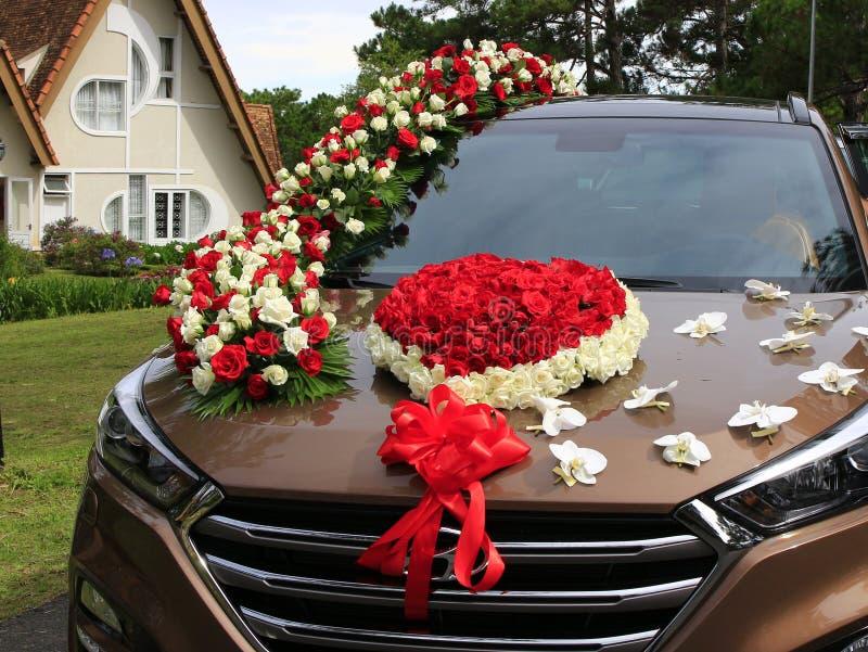 Dalat, Vietnam, il 30 maggio 2016: Decorazione di nozze dei fiori in automobile fotografia stock libera da diritti