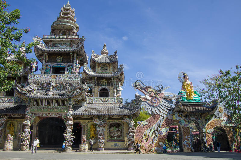 Dalat, Vietnam - 9 janvier 2015 Pagod célèbre de Linh Phuoc de mosaïque images libres de droits