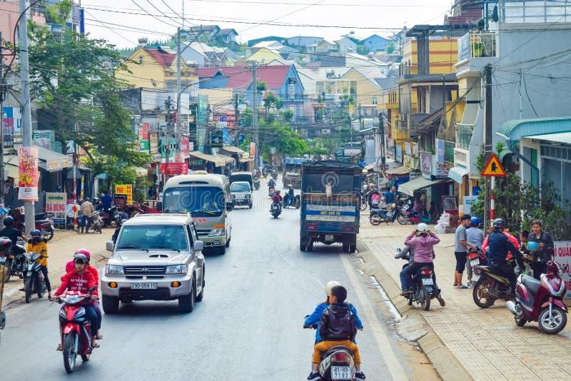 DALAT, VIETNAME - 15 DE ABRIL DE 2019: Casas densas do tráfego e densamente do acúmulo da rua em Dalat Vietname foto de stock