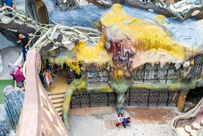 DALAT, VIETNAME - 15 DE ABRIL DE 2019: Turista em estruturas multi-coloridas no parque de diversões imagem de stock royalty free