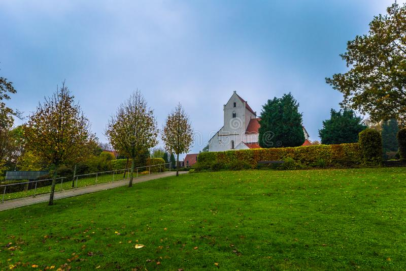 Dalby - 21 de octubre de 2017: Iglesia histórica del priorato santo de Crross en Dalby, Suecia imagen de archivo