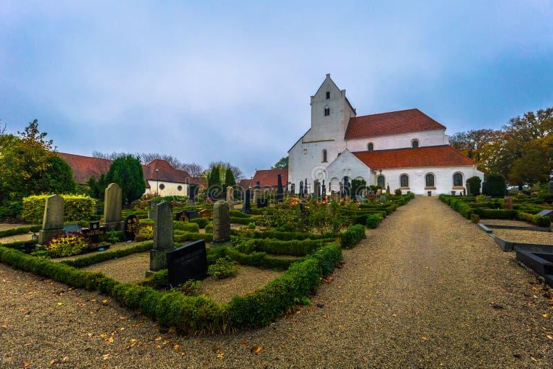 Dalby - 21 de octubre de 2017: Iglesia histórica del priorato santo de Crross en Dalby, Suecia fotografía de archivo libre de regalías