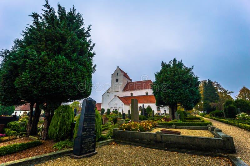 Dalby - 21 de octubre de 2017: Iglesia histórica del priorato santo de Crross en Dalby, Suecia fotos de archivo