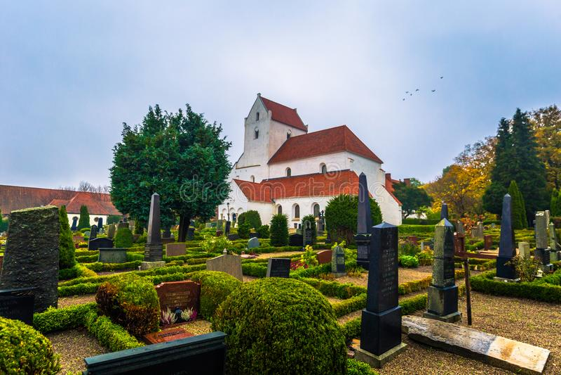 Dalby - 21 de octubre de 2017: Iglesia histórica del priorato santo de Crross en Dalby, Suecia imagen de archivo libre de regalías