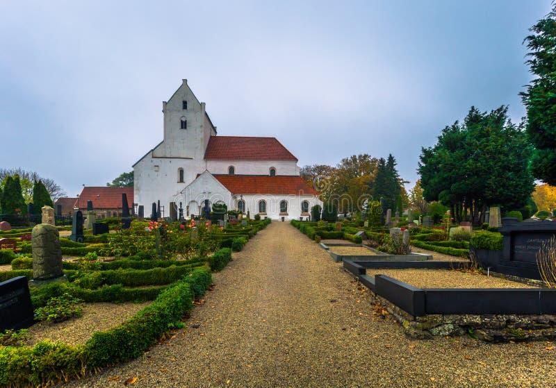 Dalby - 21 ottobre 2017: Chiesa storica del priore santo di Crross in Dalby, Svezia immagini stock libere da diritti