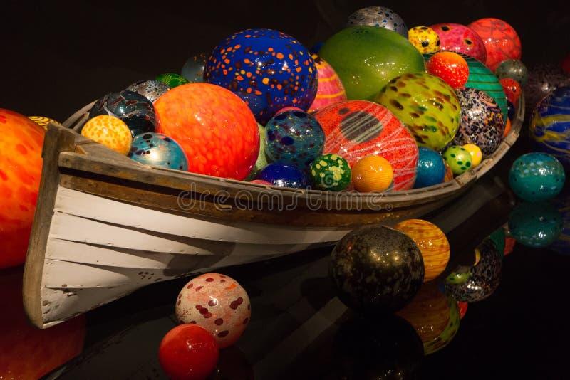 Dale Chihuly Glass Artist Boat med bollflöten arkivbilder