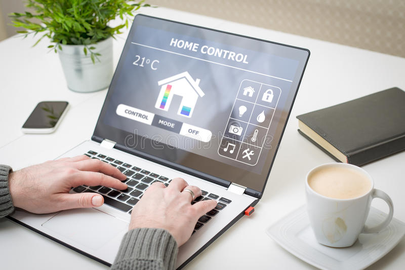 Daleki mądrze domowy system kontrolny na laptopie fotografia royalty free