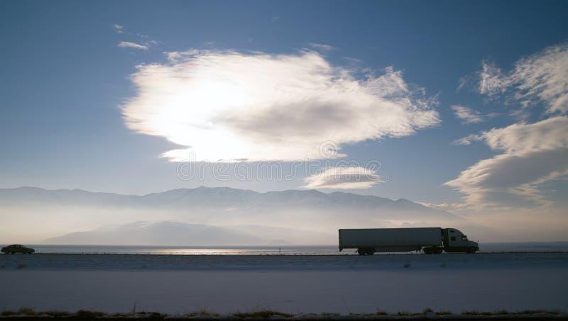 Dalekiego Zasięgu Nad Drogowymi zafrachtowaniami Przewozi samochodem zimy autostradę fotografia stock