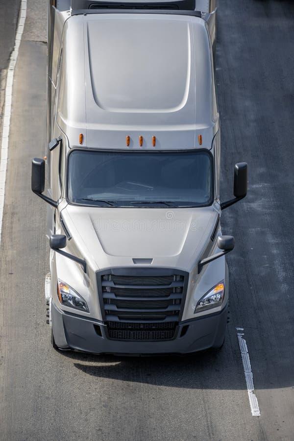 Dalekiego zasięgu takielunku semi duża ciężarówka ciągnikowa odtransportowywający semi ciężarowego jeżdżenie na drodze zdjęcie royalty free