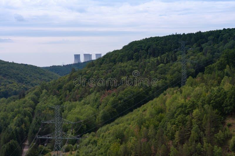 Dalen av floden Jihlava, kärnkraftverket Dukovany är i royaltyfria bilder