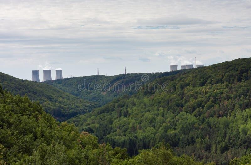 Dalen av floden Jihlava, kärnkraftverket Dukovany är i royaltyfria foton