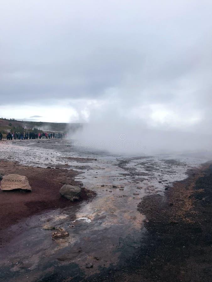 Dalen av Geysers och den berömda geyseren Strokkur i Island royaltyfri bild