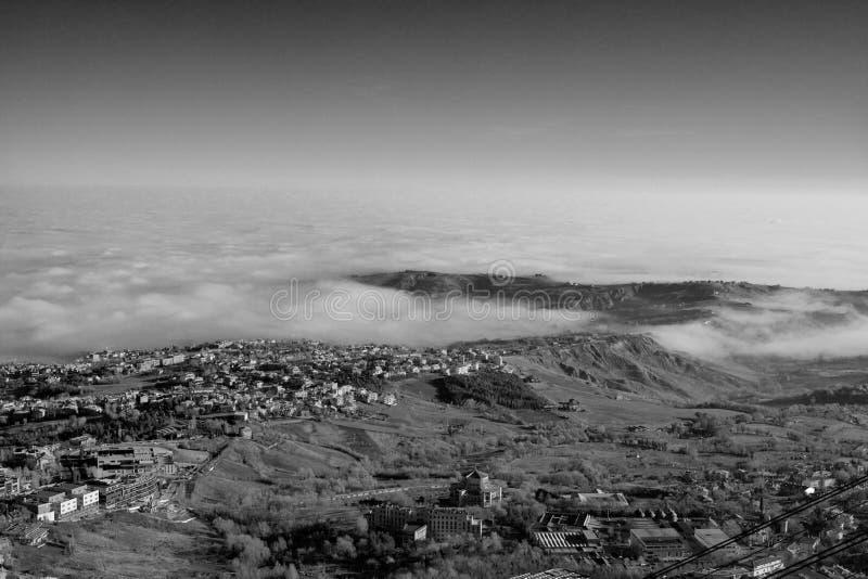 Dalen och staden i misten fotografering för bildbyråer