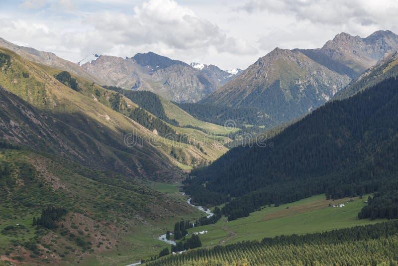 Dalen Stråle-Oguz Issyk Kul, Kirgizistan arkivbilder