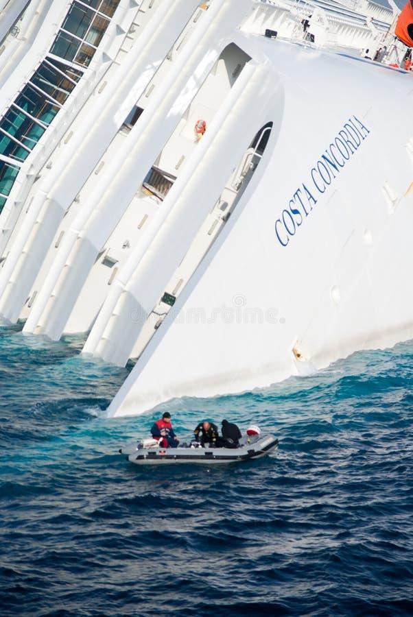 Dalend cruiseschip Costa Concordia, stock afbeelding