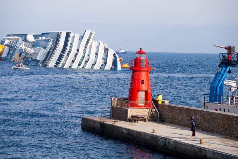 Dalend cruiseschip Costa Concordia, stock foto's