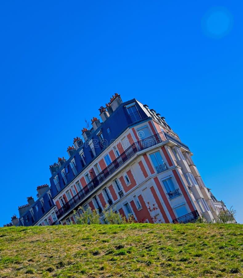 Dalend huis dat in het Montmartre-district van Parijs, Frankrijk wordt gevestigd royalty-vrije stock fotografie