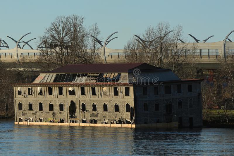 Dalend huis in de rivier stock afbeelding