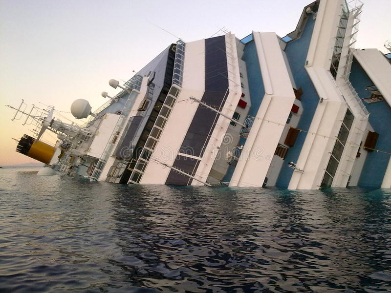Dalend schip Costa Concordia stock afbeelding